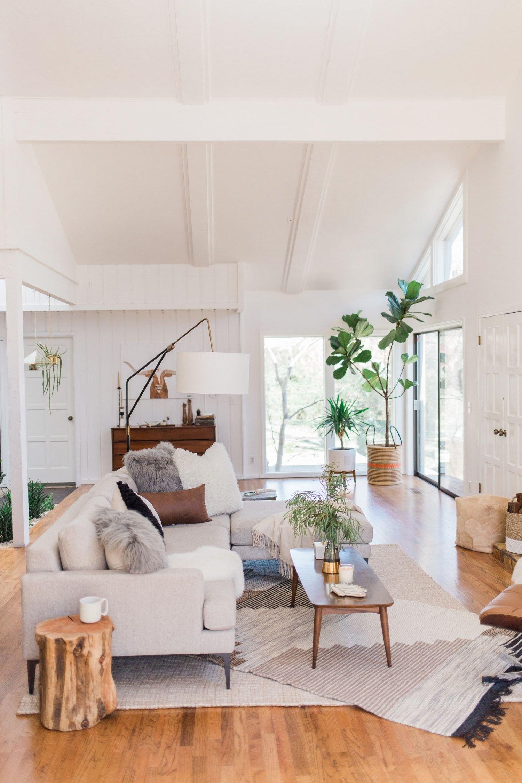Hall d'entrée salon salon séjour scandinave bohème vintage blanc noir beige doré bois cuir parquet textile laiton peinture