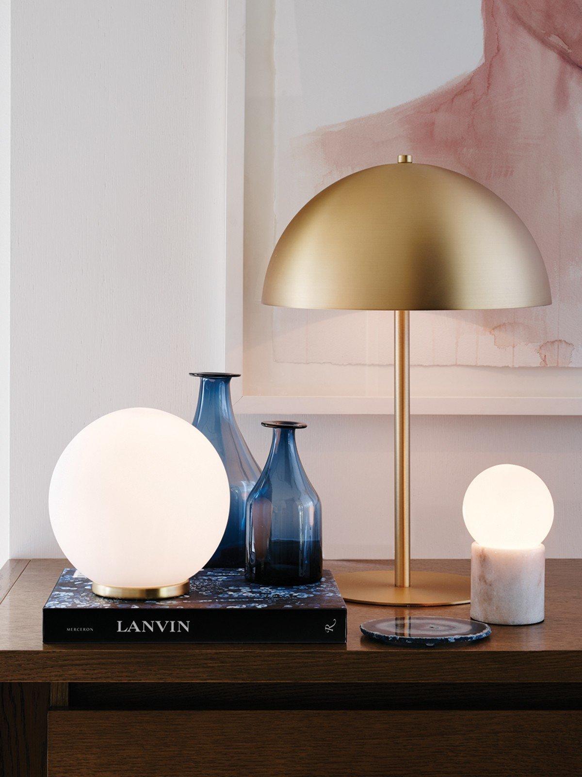 Les lampes de table en laiton sont de retour