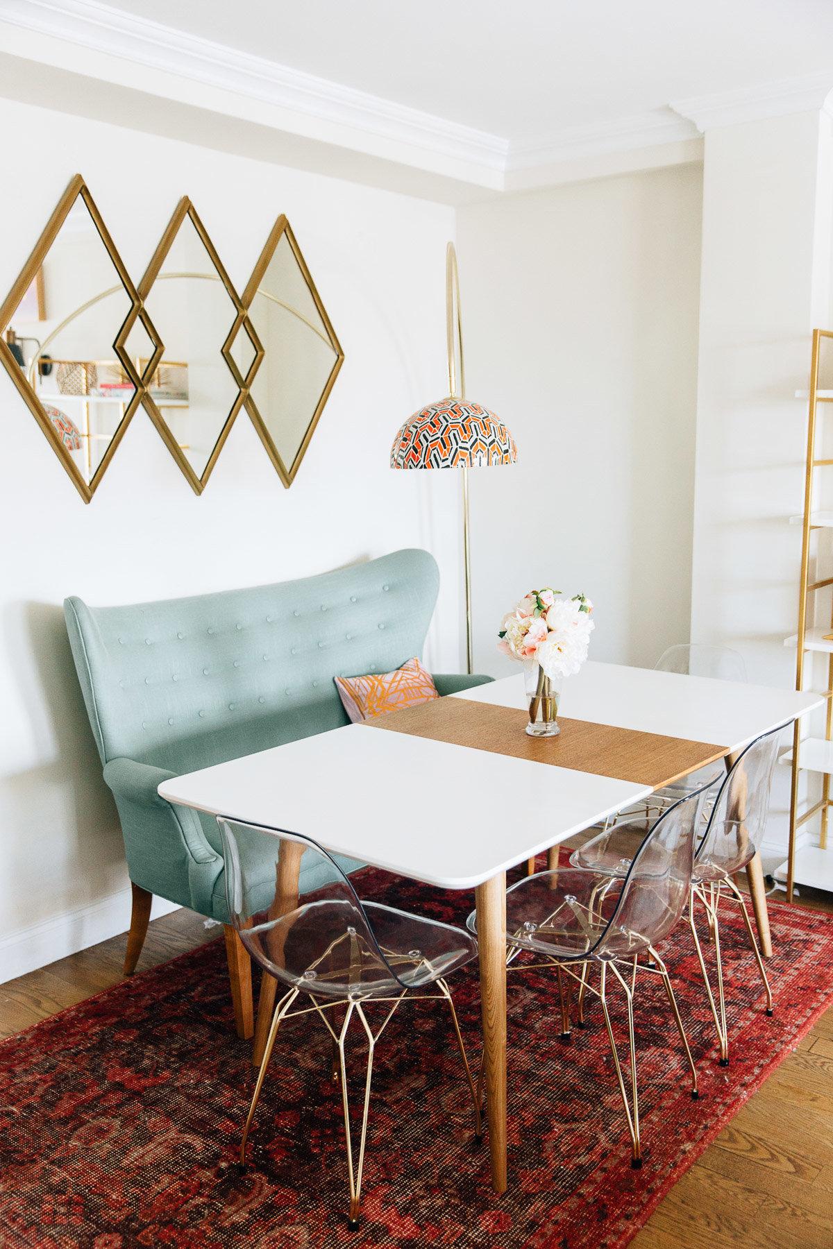 Salle à manger contemporain art déco bleu jaune rouge rose blanc doré marron bois peinture miroir parquet textile métal