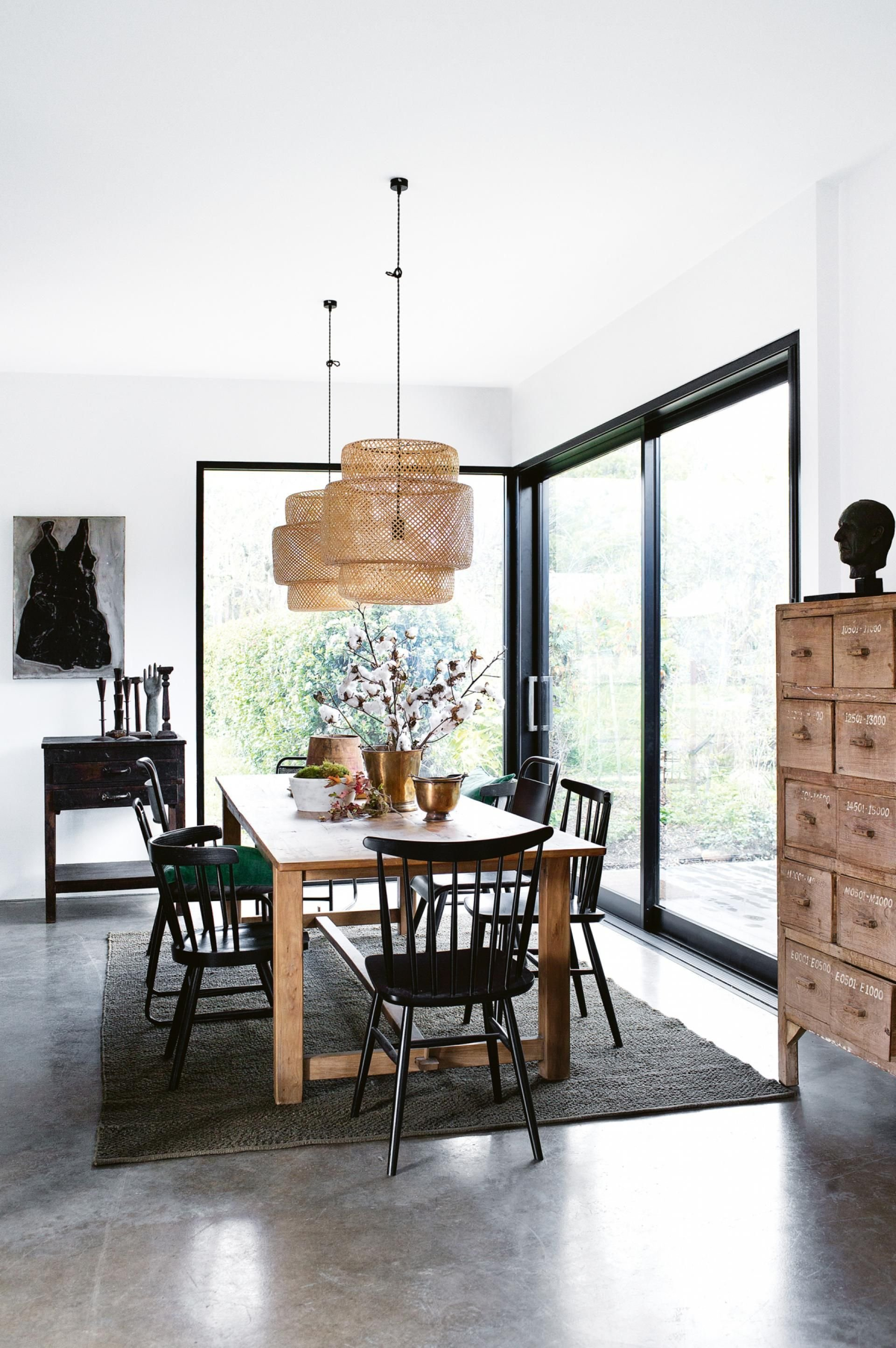 Salle à manger scandinave vintage vert marron noir gris béton bois chêne rotin textile