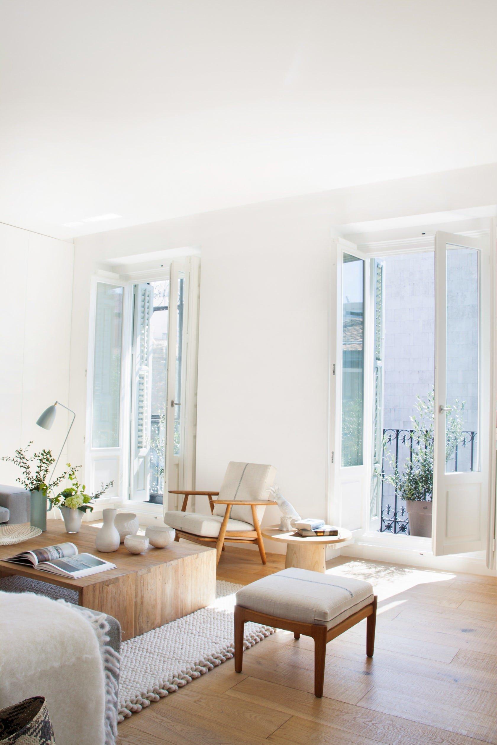Salon classique scandinave blanc gris beige bois m tal parquet textile budget d co style classique - Salon bois et blanc ...