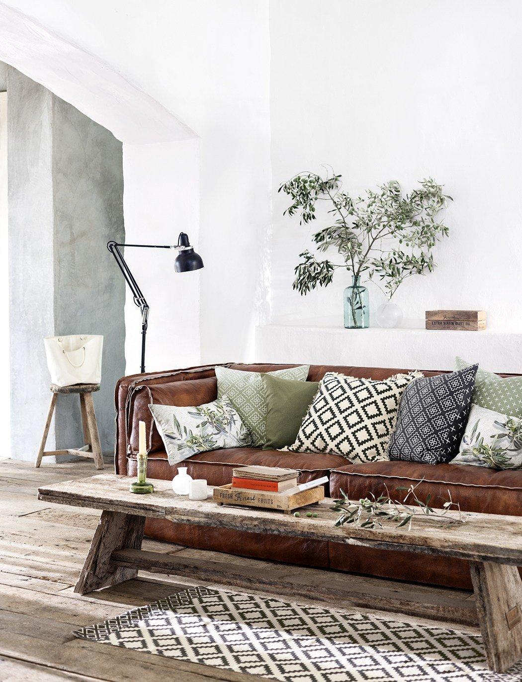 Salon industriel campagne bohème marron vert noir gris béton ciré bois parquet textile verre cordes