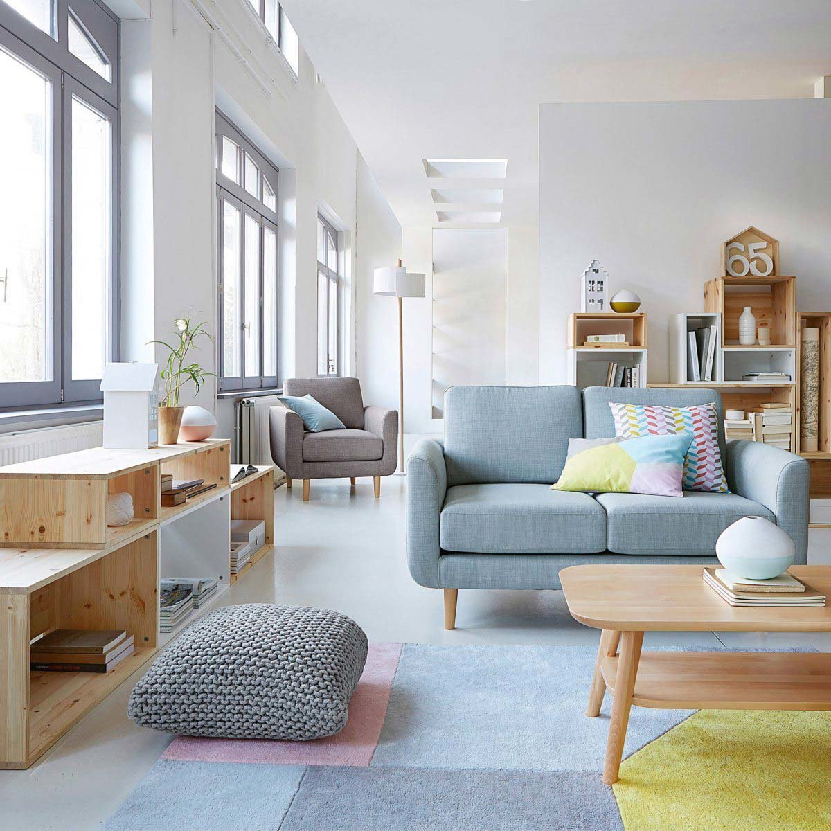 Salon scandinave bleu blanc gris jaune rose bois textile ...