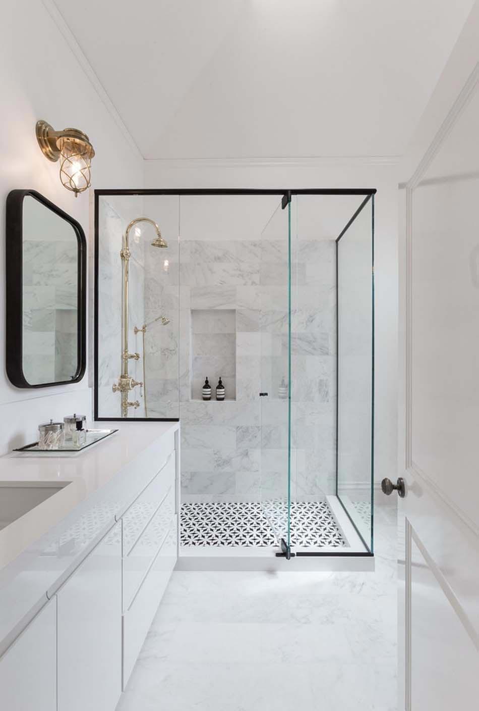 Salle de bain contemporaine blanche grise dorée métal verre marbre ...