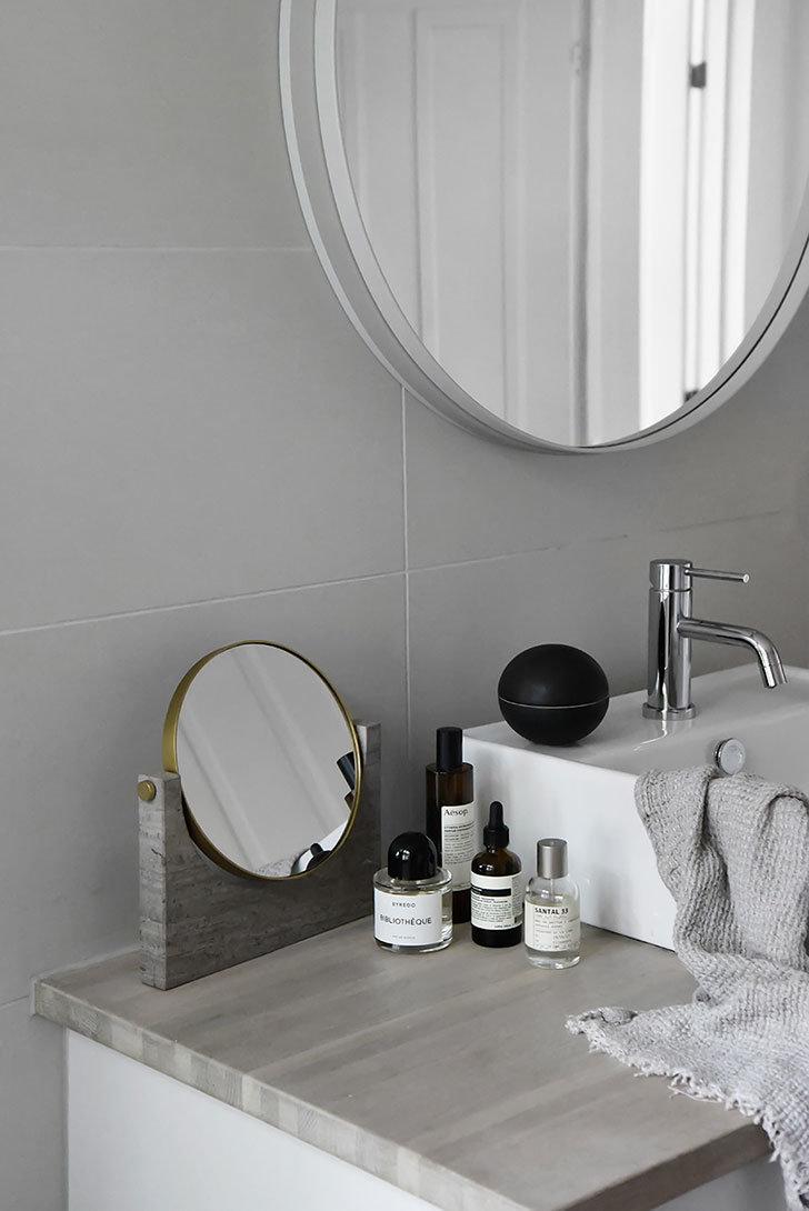Salle de bain contemporaine grise blanche bois marbre carrelage ...
