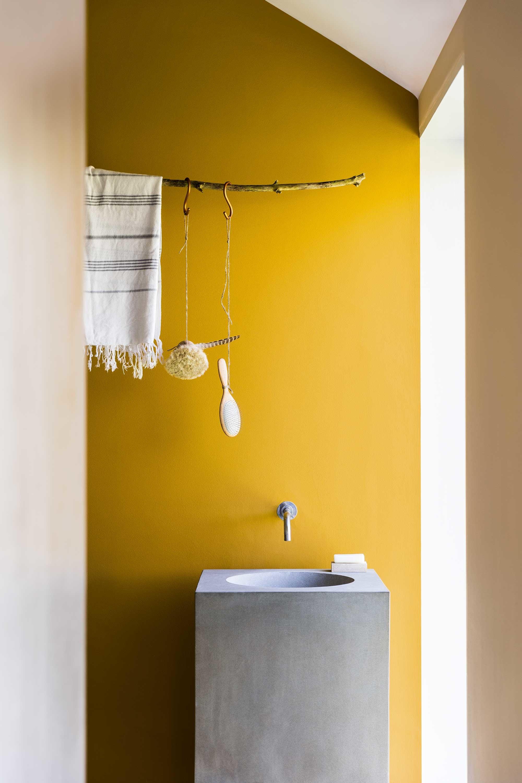 Salle de bain contemporaine jaune béton métal bois: inspiration ...
