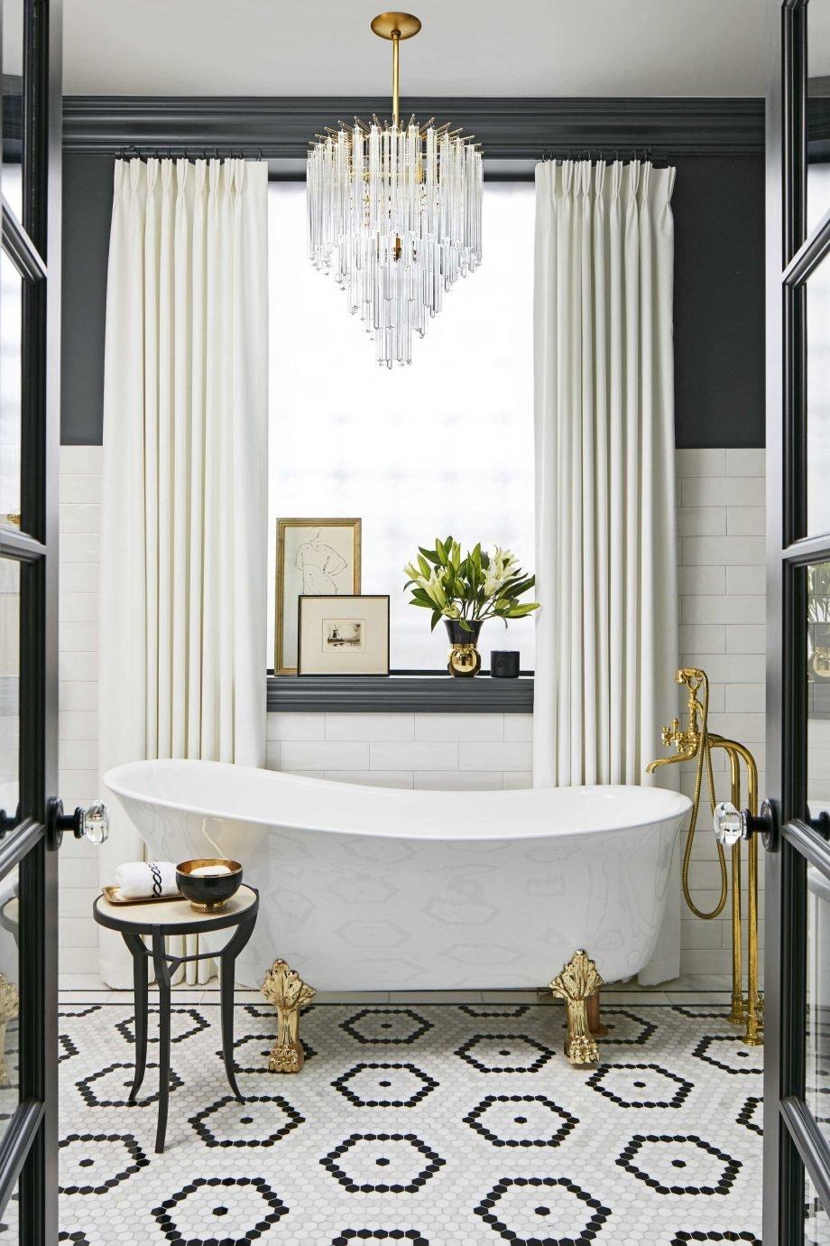 Salle de bain classique noir blanc gris doré laiton carrelage ...