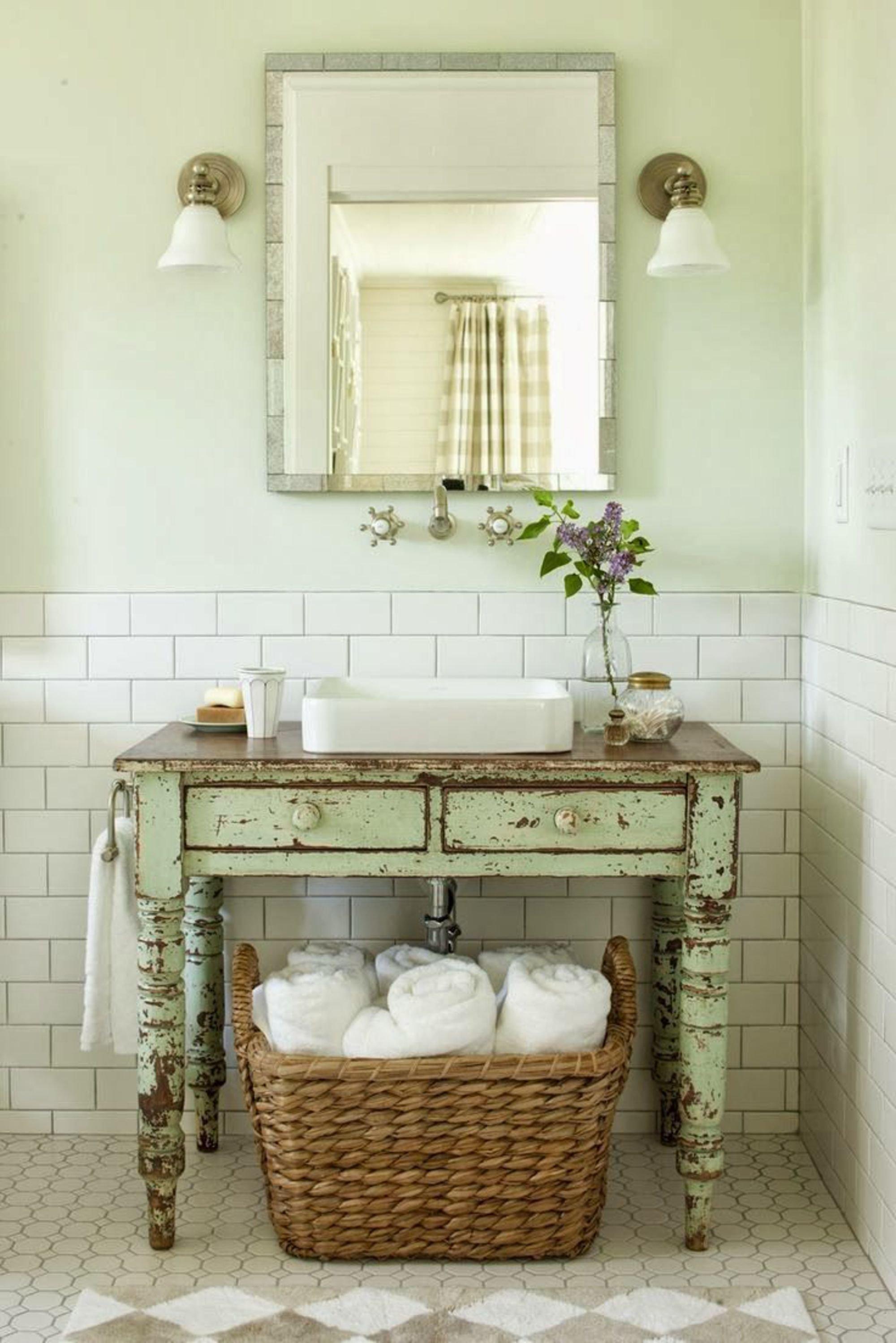 Salle de bain vintage vert blanc beige carrelage faïence miroir bois ...